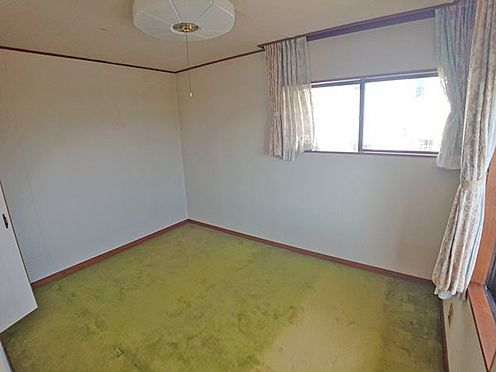 中古一戸建て-伊東市富戸大室高原 2階洋室も角部屋で約6帖の広さです。