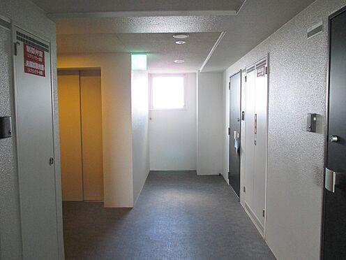 マンション(建物一部)-福岡市東区箱崎2丁目 廊下はマンションの中にありますので、気候や天気の影響をうけません。
