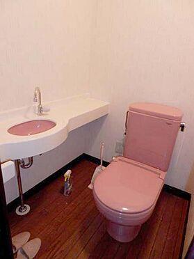中古マンション-伊東市富戸 手洗い器付トイレです。このお部屋に2箇所のトイレがあります。