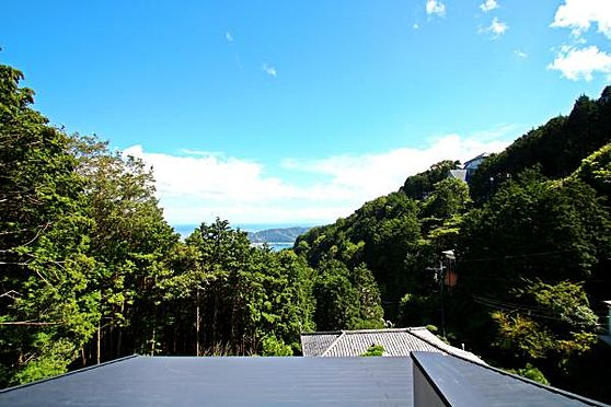 中古一戸建て-熱海市上多賀 2階のバルコニーからの景色。眼下に見える屋根は交換してます。