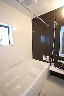 戸建賃貸-大和高田市大字吉井 1坪サイズのゆったりした浴室で足を伸ばしておくつろぎ下さい。キッチンからボタン一つでお湯はりや追い焚きの操作ができるオートバス機能付きです
