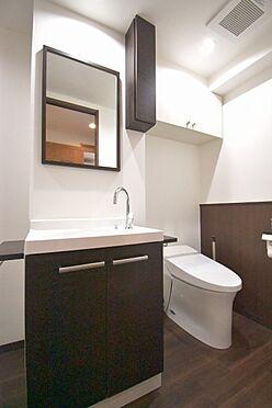 区分マンション-港区三田3丁目 洗面台とタンクレストイレ。吊戸棚付きです。