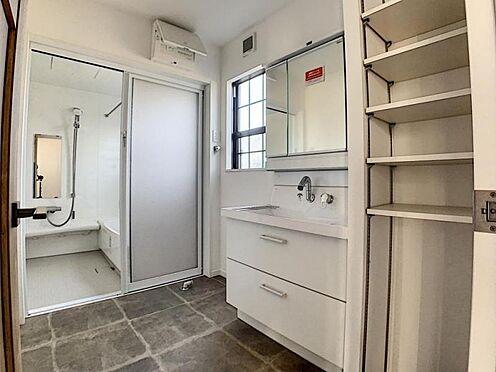 新築一戸建て-名古屋市守山区小幡北 バスタオルや洗剤を収納することができる棚が有ります。