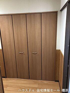 戸建賃貸-桜井市大字粟殿 廊下に2か所収納を確保しました。季節の家電やスーツケースなど大きな物もしっかりおさまります。