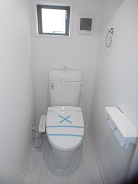 新築一戸建て-町田市小山町 窓のある高機能トイレ