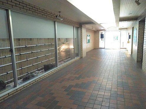 中古マンション-品川区勝島1丁目 管理人室の前を通りエレベーターへと続きます。