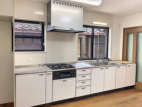 戸建賃貸-西尾市下羽角町郷内 収納豊富なシステムキッチンはお料理がはかどりますね。