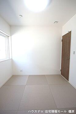 戸建賃貸-磯城郡田原本町大字阪手 琉球畳を採用し、お洒落な印象になりました。2面の窓からさわやかな風が入ります。