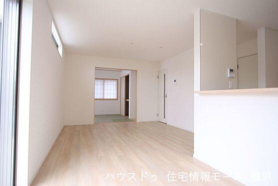 戸建賃貸-磯城郡田原本町大字千代 和室と合わせて21帖の大きな空間。お客様が大勢いらしてもゆったりおくつろぎ頂けます。