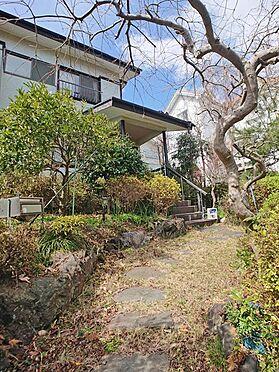 中古一戸建て-伊東市富戸大室高原 玄関へのアプローチもしっかりと造作されております。