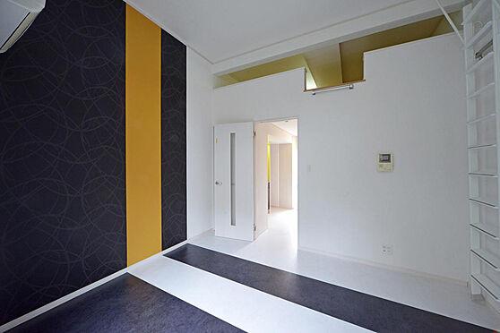 アパート-町田市原町田2丁目 黒と黄色のアクセントがおしゃれな洋室。