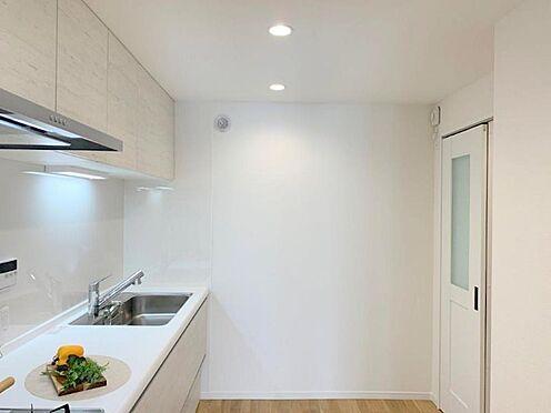 中古マンション-多摩市貝取2丁目 新品のシステムキッチンでウキウキの新生活。