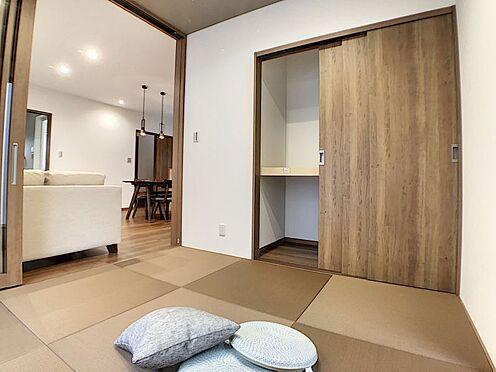 戸建賃貸-碧南市新道町4丁目 リビング隣の和室は趣ある安らぎ空間。客間としても寛ぎの空間としても重宝します。