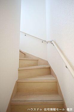 戸建賃貸-磯城郡田原本町大字千代 リビングを通らずに2階へ行ける配置。プライバシーも保たれ、お部屋の冷暖房効率も損ないません!手すり付きでお子様やお年寄りでも安心です。