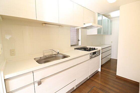 中古一戸建て-多摩市唐木田1丁目 平成25年7月にリフォームをしたキッチンです。窓も付いておりとても明るく備付の食器棚も設置してます。