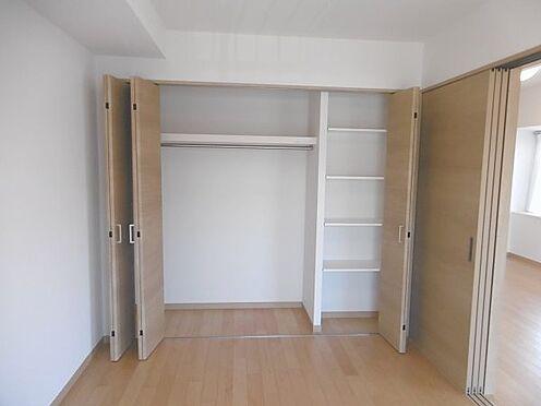 中古マンション-多摩市永山1丁目 クローゼットは可動式の棚とパイプハンガーがあり便利です。