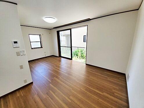 中古一戸建て-相模原市中央区横山台1丁目 横型の広々としたリビング!窓の先には庭が広がります♪
