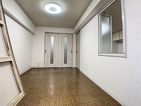 中古マンション-名古屋市名東区名東本通5丁目 フローリングでお掃除もラクチン!白を基調にした清潔感のある室内です。