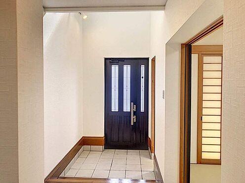 戸建賃貸-西尾市下羽角町郷内 天井が高く明るい玄関です。