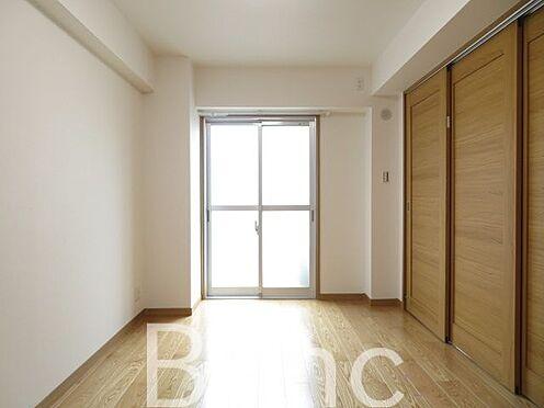 中古マンション-港区東麻布2丁目 リビングと洋室の仕切りは引き戸式になっていてドアのデッドスペースが無いのでお部屋を有効に使えます