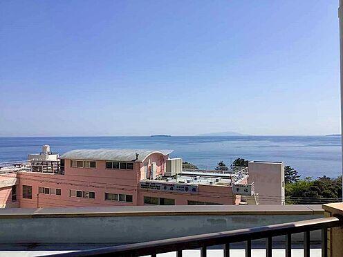 中古マンション-熱海市海光町 バルコニーからの眺望です。国道135号線沿いにつき、このくらいの距離感で相模湾を望むことができます。
