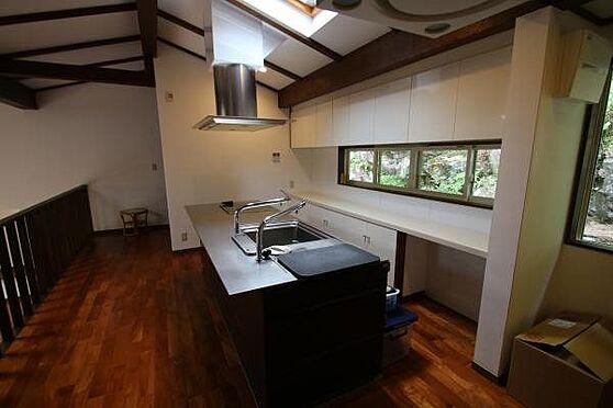 中古一戸建て-熱海市伊豆山 窓、上部には天窓がありますので自然光の中で楽しく料理出来そうなキッチンです。