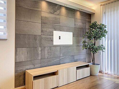 戸建賃貸-名古屋市中村区岩塚町 リビングにはアクセントとなるエコカラットを設置、TVは壁掛けが可能です