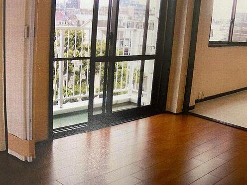 マンション(建物一部)-目黒区五本木1丁目 L型バルコニーの為、開放感のある明るい室内。