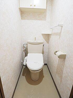 中古マンション-浦安市富士見5丁目 上部に棚がついているトイレ
