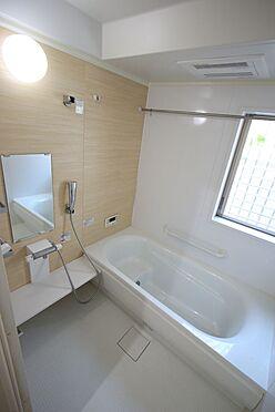 戸建賃貸-磯城郡三宅町大字伴堂 1坪サイズのゆったりした浴室で足を伸ばしておくつろぎ下さい。浴室乾燥機付きで雨の日のお洗濯も安心です。