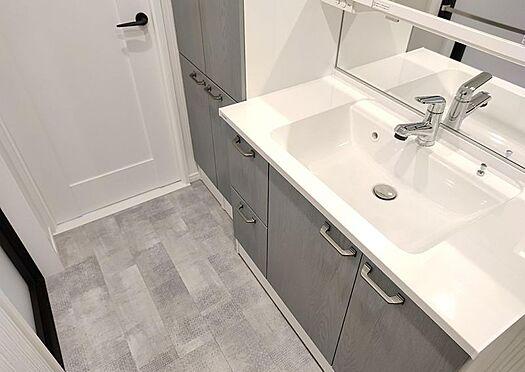 中古マンション-名古屋市守山区西城2丁目 広めの洗面台なのでご家族並んで使用して頂けそうです♪混み合う朝でも安心ですね!