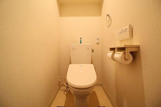 中古マンション-八王子市別所1丁目 オート開閉機能付きのトイレ。