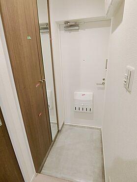 中古マンション-横浜市神奈川区栄町 ☆シューズBOX右側扉は鏡なので、お出掛け前の身だしなみチェックができ、便利です☆