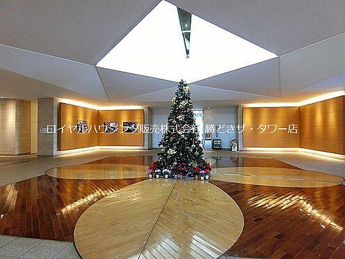 中古マンション-江東区東雲1丁目 新しい出会いが生まれる、伸びやかな「クロスホール」。2階のプリズムコートから優しい光が差し込みます。
