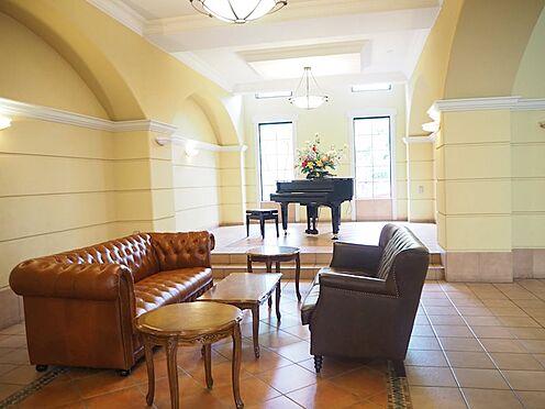 中古マンション-日野市旭が丘3丁目 ソファーやピアノもあり、ホッとするロビーですね。