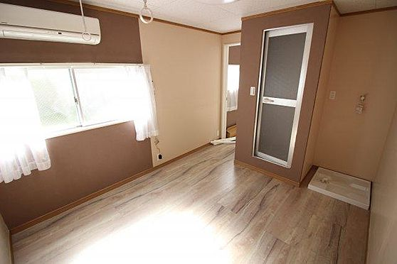 アパート-横須賀市富士見町2丁目 窓が大きく明るい室内