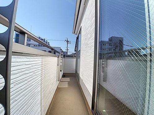 新築一戸建て-名古屋市守山区瀬古1丁目 2部屋分の長さのベランダです。