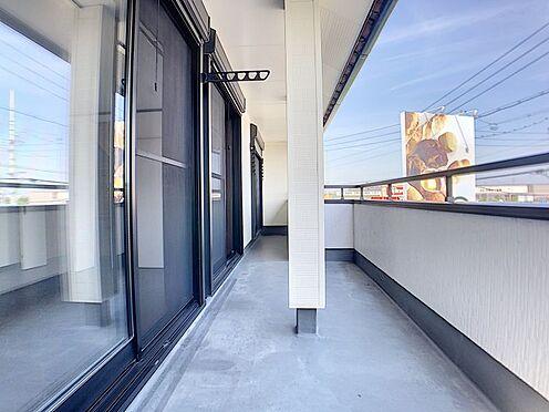 戸建賃貸-一宮市伝法寺3丁目 南側のベランダは日当たりも良く、2部屋からの出入りも出来るので大変便利です。