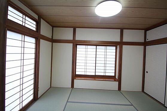 戸建賃貸-熊谷市江南中央3丁目 1階の和室は京壁をクリーム色に塗装してあります。雨戸付。