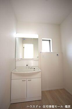 戸建賃貸-磯城郡田原本町大字阪手 三面鏡の裏に収納が豊富なシャンプードレッサーは、家族各々の物をキチンと収納し、すっきり清潔に保てます。(同仕様)