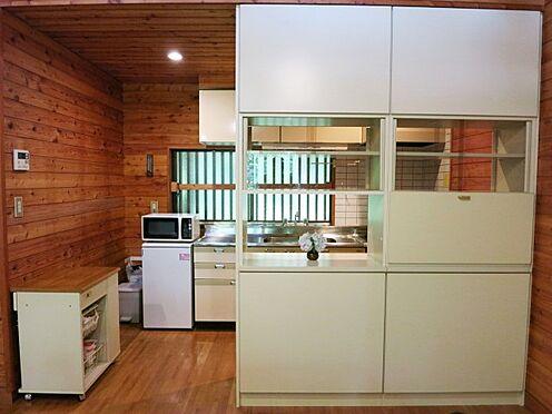 中古一戸建て-北佐久郡軽井沢町大字長倉 食器棚もあります。これだけの収納があれば別荘利用なら充分ですよ。
