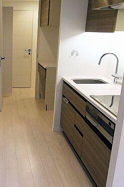 マンション(建物一部)-目黒区青葉台4丁目 IHクッキングヒーター(3口)、浄水器一体型シャワー水栓、カップボード。