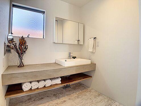 中古一戸建て-名古屋市中川区野田2丁目 おしゃれな洗面台。洗濯機置き場・浴室の間に扉があるので来客があっても安心!