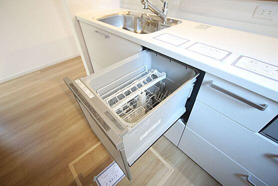 新築一戸建て-橿原市菖蒲町2丁目 食器洗浄乾燥機は、家事の負担を軽減します。高温のお湯と水圧で洗浄しますので手洗いよりも清潔!忙しい奥様に嬉しい設備ですね。