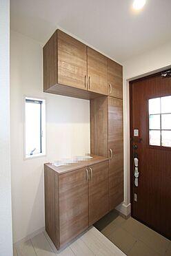 戸建賃貸-大和高田市大字吉井 大容量のシューズボックスは40足程度入ります。散らかりがちな場所の整理に役立ちます