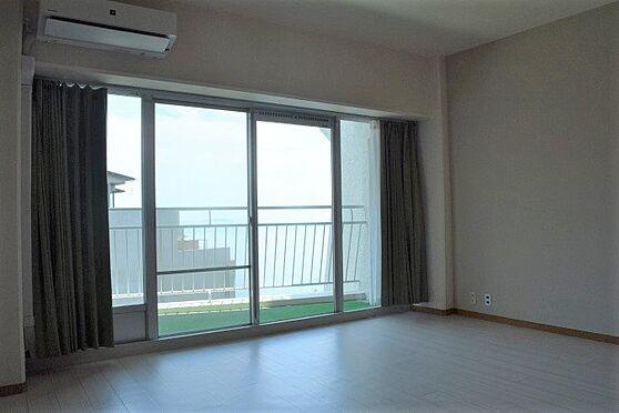 リゾートマンション-熱海市伊豆山 床材を張り替えましたのでとても明るい室内になりました。