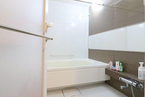 中古マンション-八王子市別所1丁目 1620サイズのフルオートバスです。浴室暖房乾燥機となります。低床浴槽でお子様やお年寄りも安心。