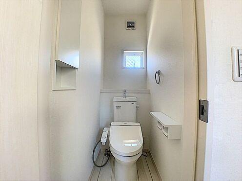 新築一戸建て-名古屋市守山区新守山 収納や小窓がついた機能的なトイレです。