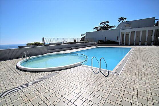 中古マンション-熱海市林ガ丘町 ロビー前にある屋外プール。夏季のみ営業します。
