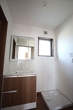 新築一戸建て-橿原市曽我町 大型の洗濯機も無理なく設置できる広さを確保。洗面台は便利なシャワー付きです。
